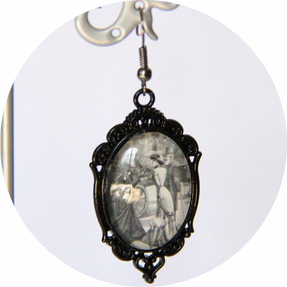 Boucles d'oreilles Gravure de Mode Belle Epoque noir et blanc robe grise sur monture ovale noire--9995862055460
