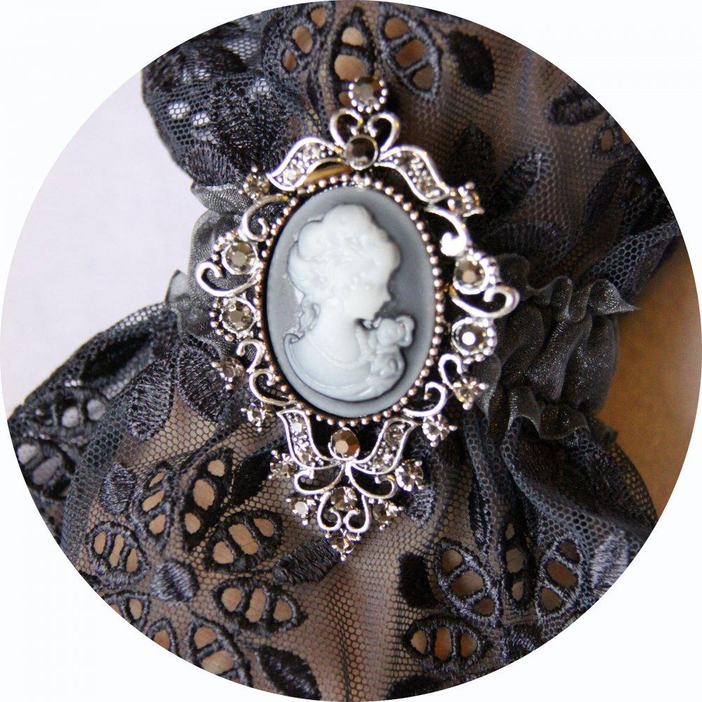 Bracelet manchette steampunk victorien en dentelle grise et broche camée--9995865508550