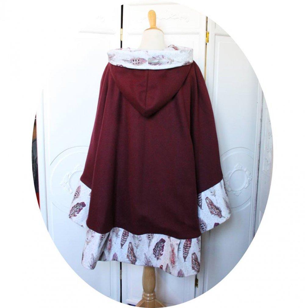 Cape à capuche prune en drap de laine violet et  bordure de velours a plumes--9995983622299
