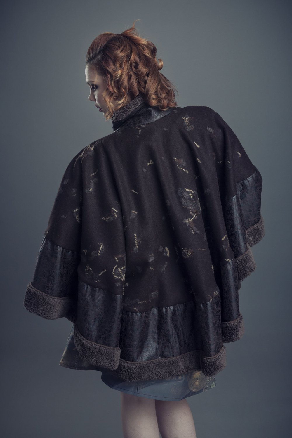 Cape en laine et peau lainée marron plus longue sur l'arrière fermée par une fermeture éclair avec un col montant bien chaud pour l'hiver--9995983629717