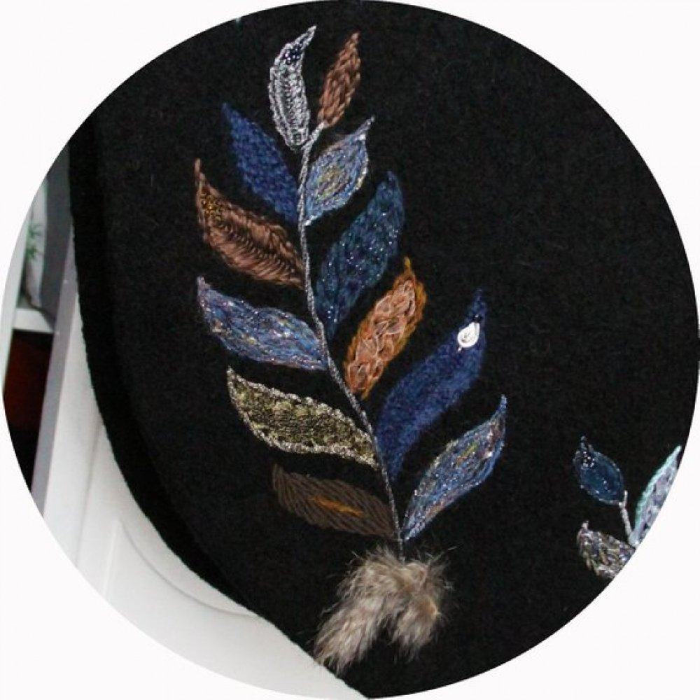 Cape noire en pure laine bouillie noire brodée à la main de plumes bleues argent ocre doublée de taffetas bleu ciel--9995489457555