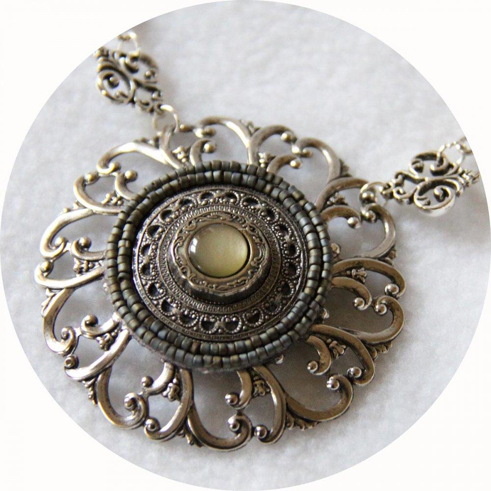 Collier Esprit Antique avec un médaillon brodé de perles monté sur une estampe en métal argent ancien et chaine grands maillons argent--9995541883629