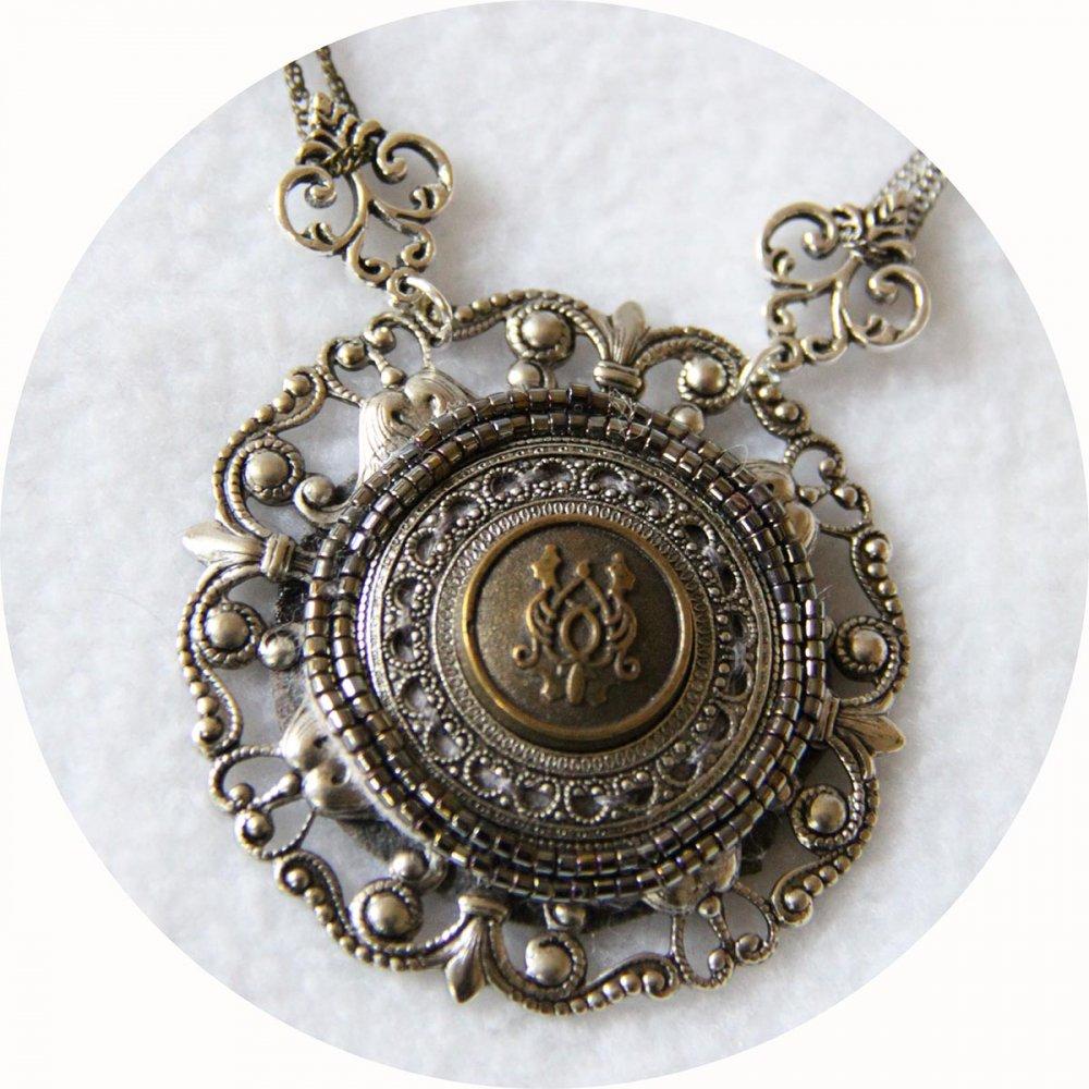 Collier Esprit Antique avec un médaillon brodé de perles monté sur une estampe en métal argent ancien et fines chaines argent et bronze--9995541912626