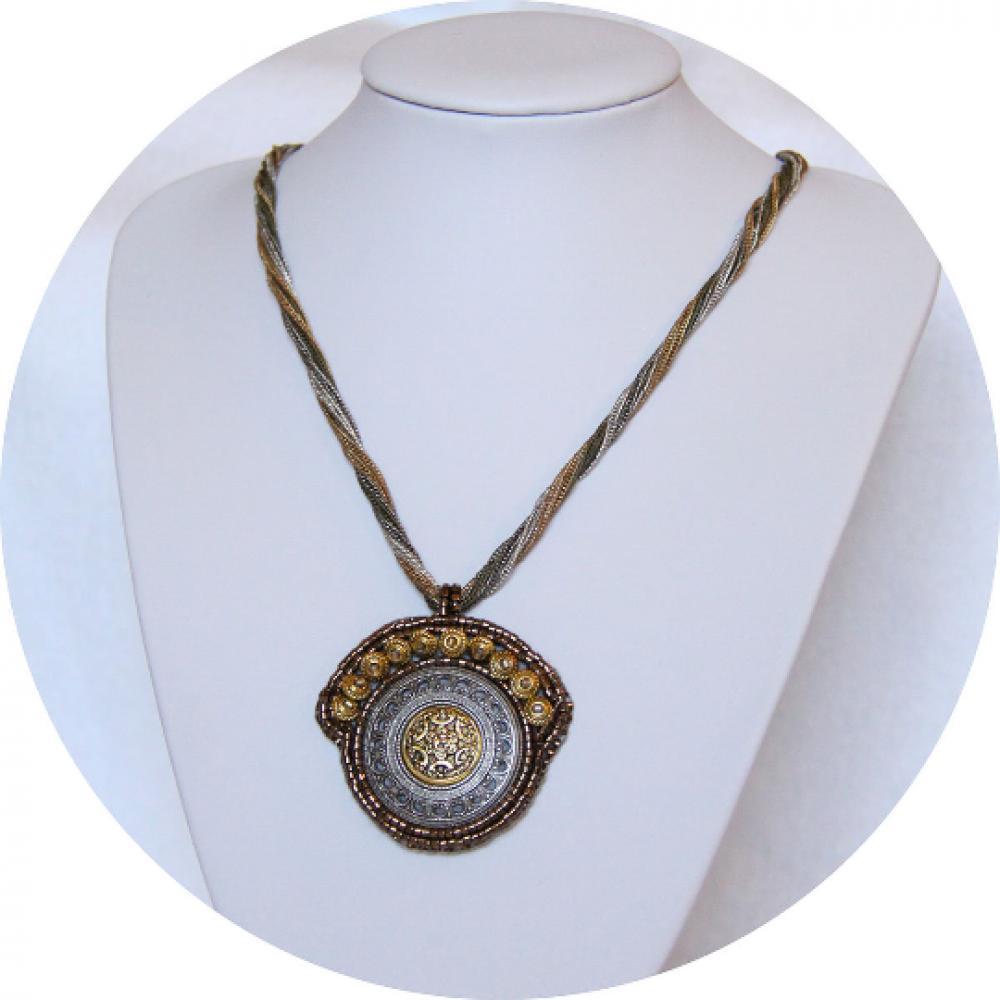 Collier médaillon Esprit Antique en métal couleur or argent bronze brodé de perles dorées et monté sur chaine multirang--9995581247726