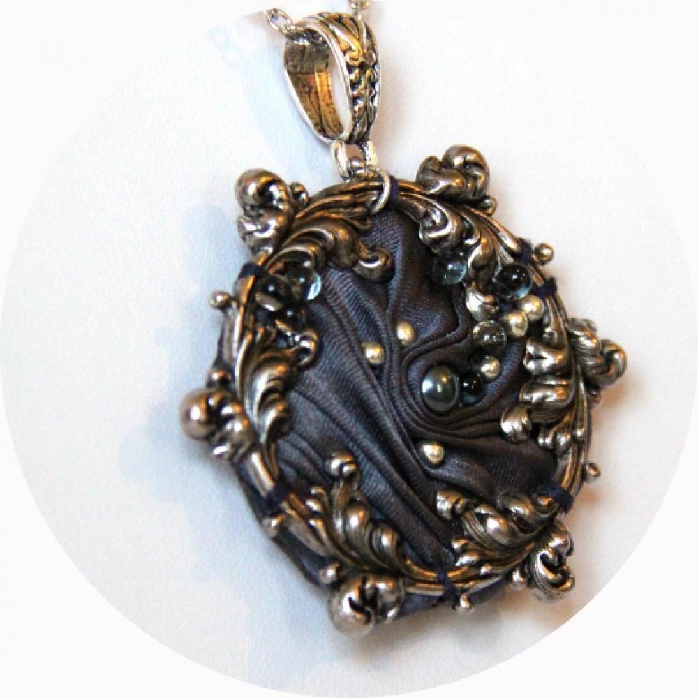 Collier victorien médaillon en ruban de soie shibori gris antique et cadre argenté à volutes arabesques brodé de perles argent et anthracite--9995535439351