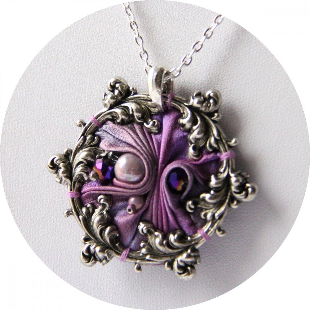 Collier victorien médaillon en ruban de soie shibori mauve et cadre argenté à volutes arabesques brodé--9996049086659