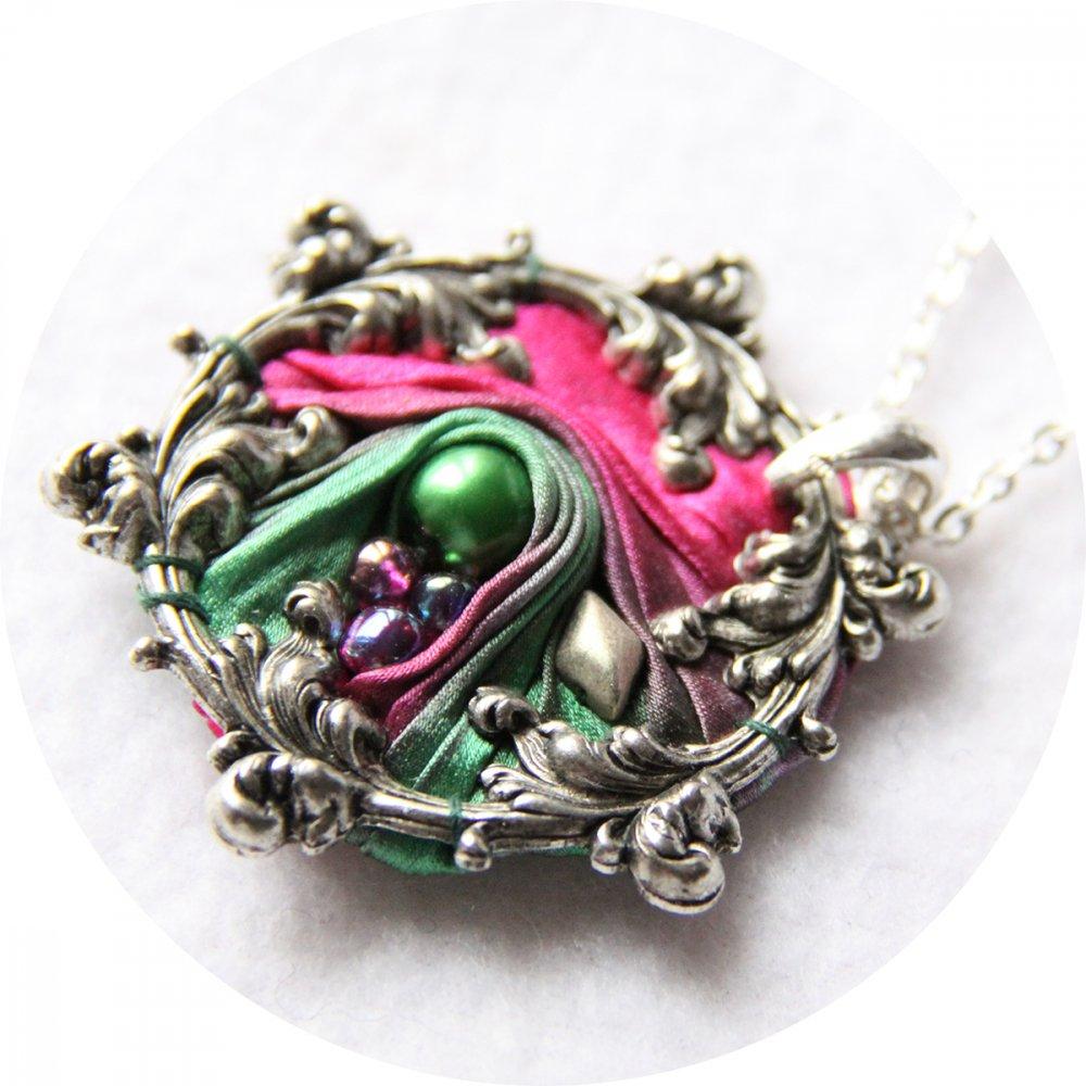 Collier victorien médaillon en ruban de soie shibori rose fuchsia et vert et cadre argenté à volutes arabesques brodé--9996047893051