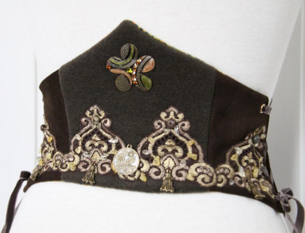 Corset Serre-taille Robin des Bois en lainage vert et cuir marron avec lacages sur les cotés et broderies--9995576921099