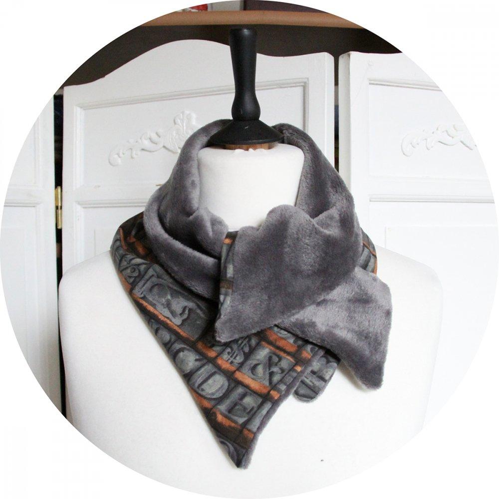 Col tour de cou grisen coton imprimé caractères d'imprimerie et doublure polaire grise--9996055173817