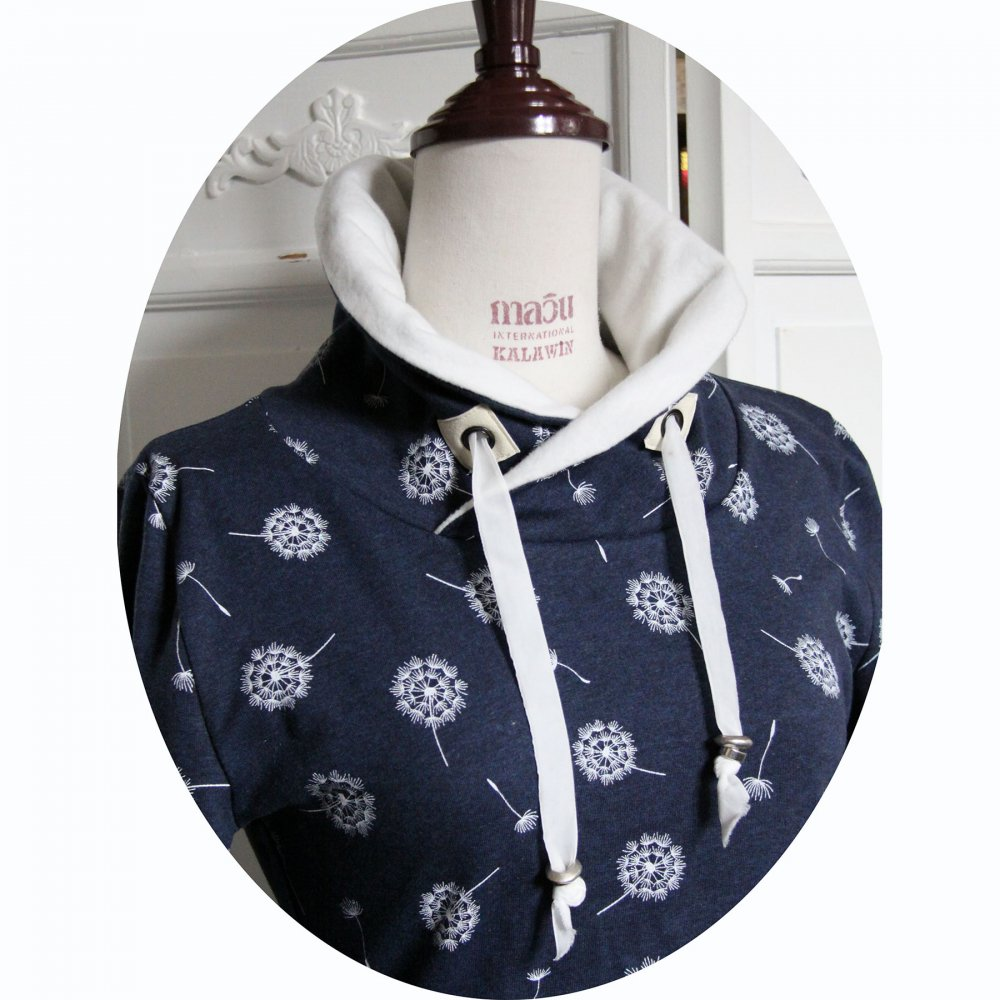 Haut sweatshirt col montant en molleton bleu jean motif pissenlit et col en molleton ivoire--9995760131914