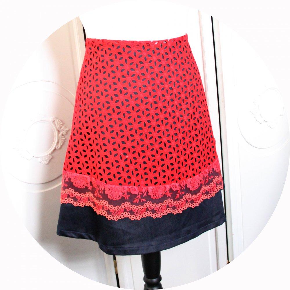 Jupe courte trapeze en jean bleu et broderie anglaise rouge--9995856800687