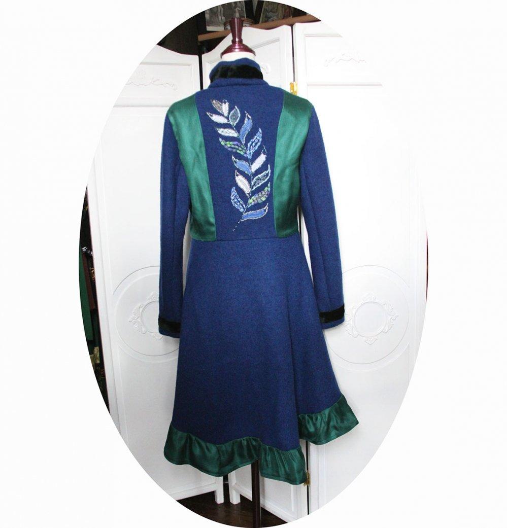 Manteau Spencer de forme trapèze en laine bleue velours vert et soie verte brodé main avec détails en soie verte et velours de soie--9995732477972