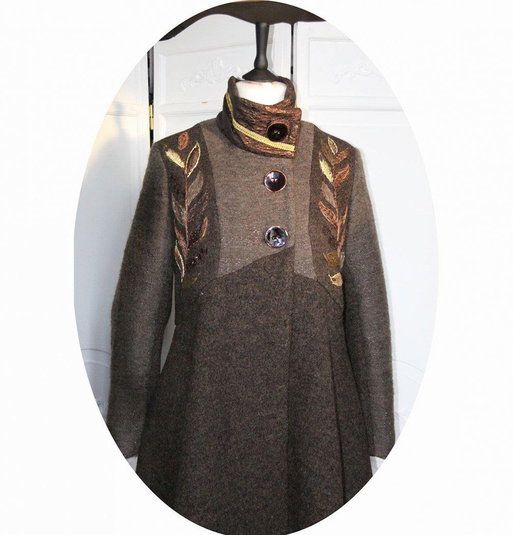 Manteau Spencer de forme trapèze en lainemarron et cuivre brodé main avec détails en tissu gauffré cuivre et tresse dorée--9995732482891