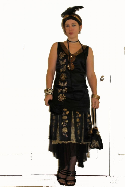 Robe Annees 20 En Satin De Soie Noir Peint A La Main D Un Motif De Fleur Dorees A Decollete Dos En Dentelle Doree Et Sous Jupe En Mousseline Historique Anne Sophie Toniazzi