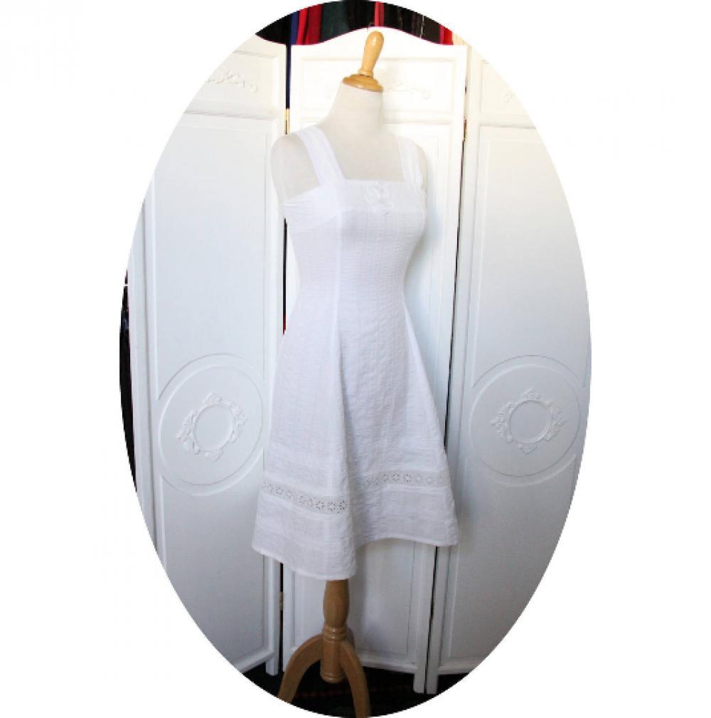 Robe blanche courte et évasée à bretelles en coton à rayures et broderie anglaise facon lingerie ancienne--9995550977654