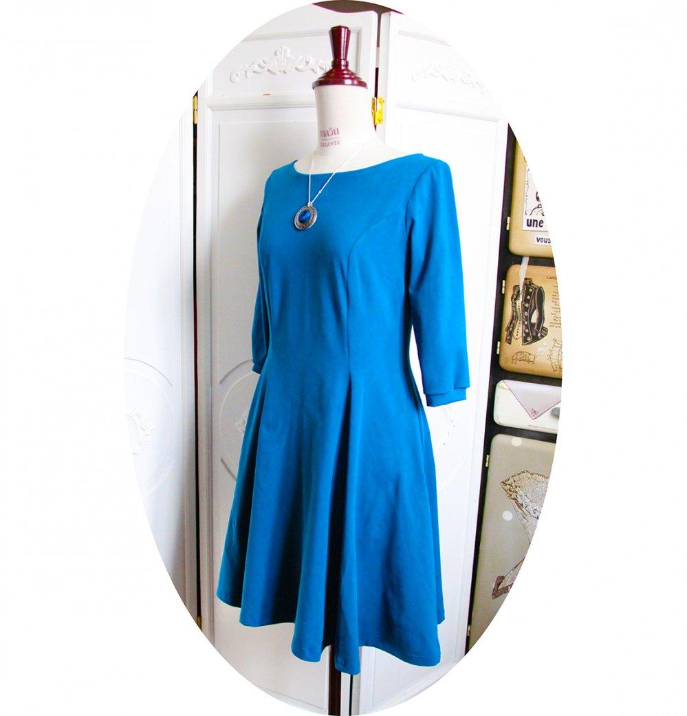 Robe courte cintrée bleue et évasée encolure bateau--9996063030942
