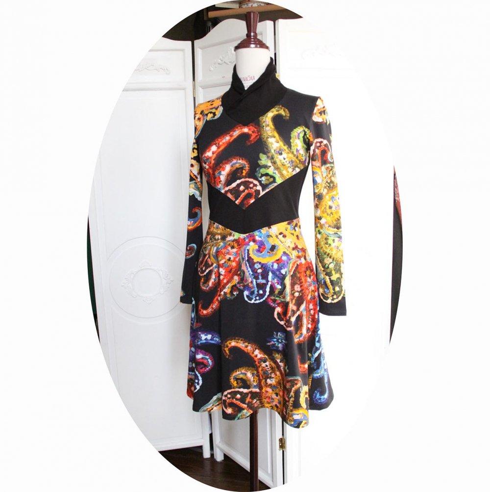 Robe courte et évasée à manches longues en maille coton noir et coloré et ceinture noire--9995731646430