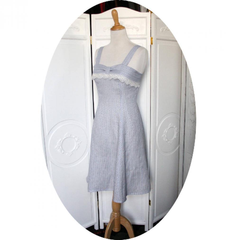 Robe courte forme princesse à bretelles et encolure carrée en lin bleu et blanc à rayures et dentelle ancienne doublée en coton--9995544040067