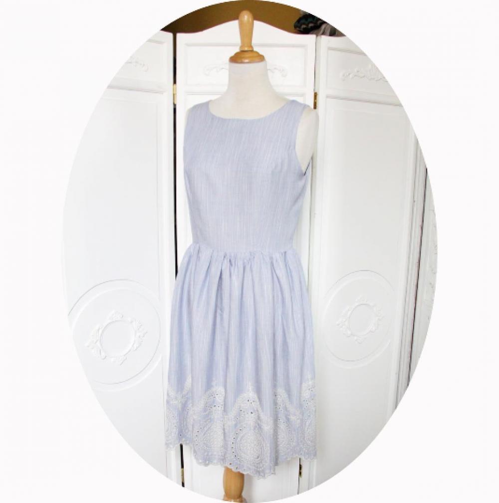 Robe d'été courte et sans manches à jupe froncée en tissu fluide bleu ciel et broderie blanche--9995552657400
