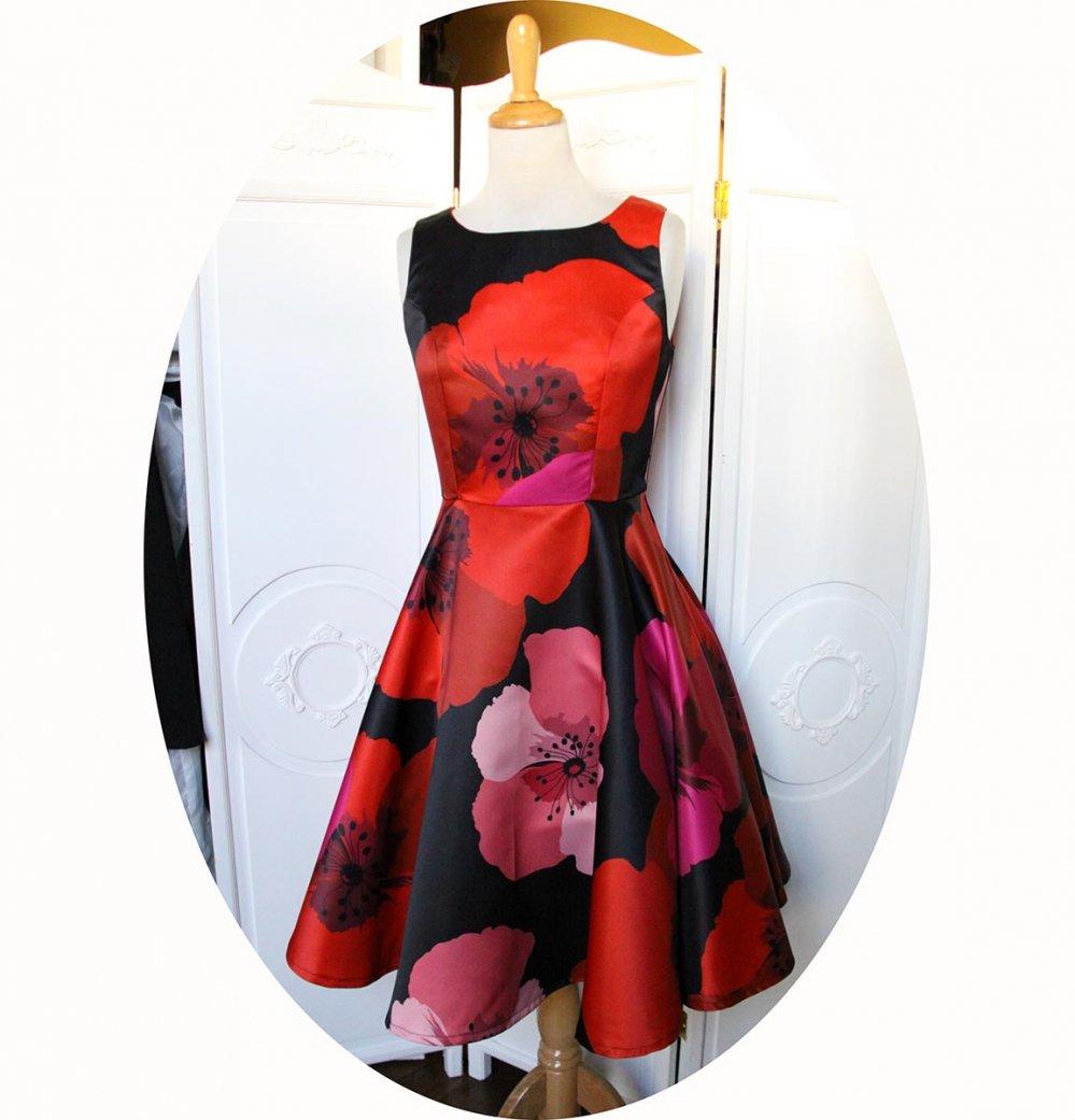 Robe fifties pin up sans manches a jupe corole en satin noir imprimé de larges fleurs coquelicot rouge et rose--9995580759725
