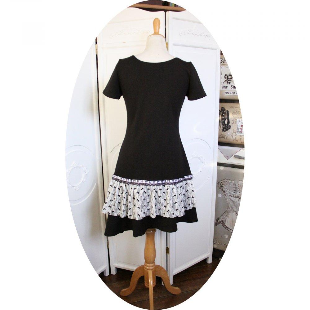 Robe noire et blanche en dentelle style années 20 avec taille basse et jupe évasée--9995856850866