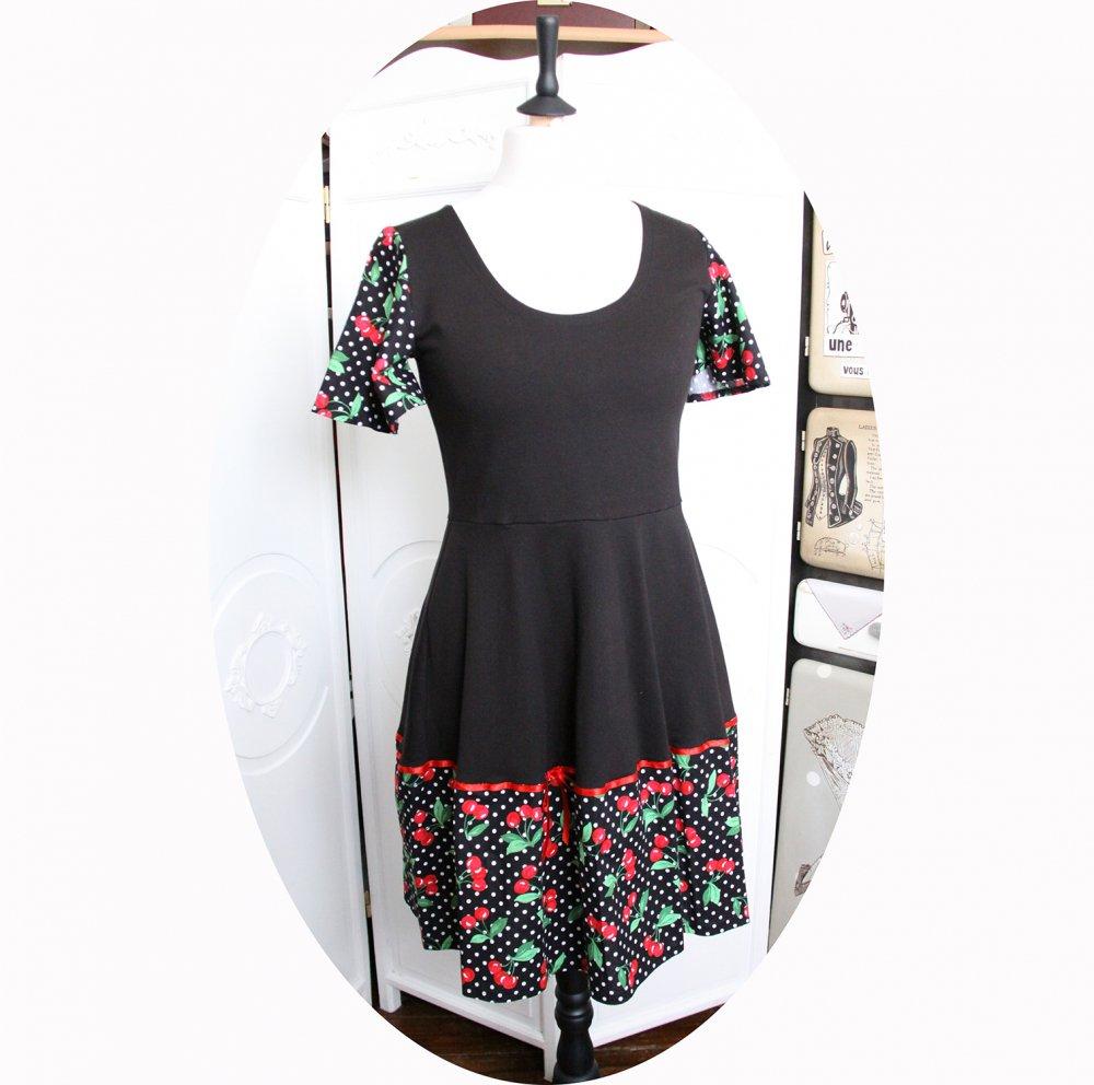 Robe noire à pois blancs et cerises rouges à manches courtes et jupe évasée--9995880150253