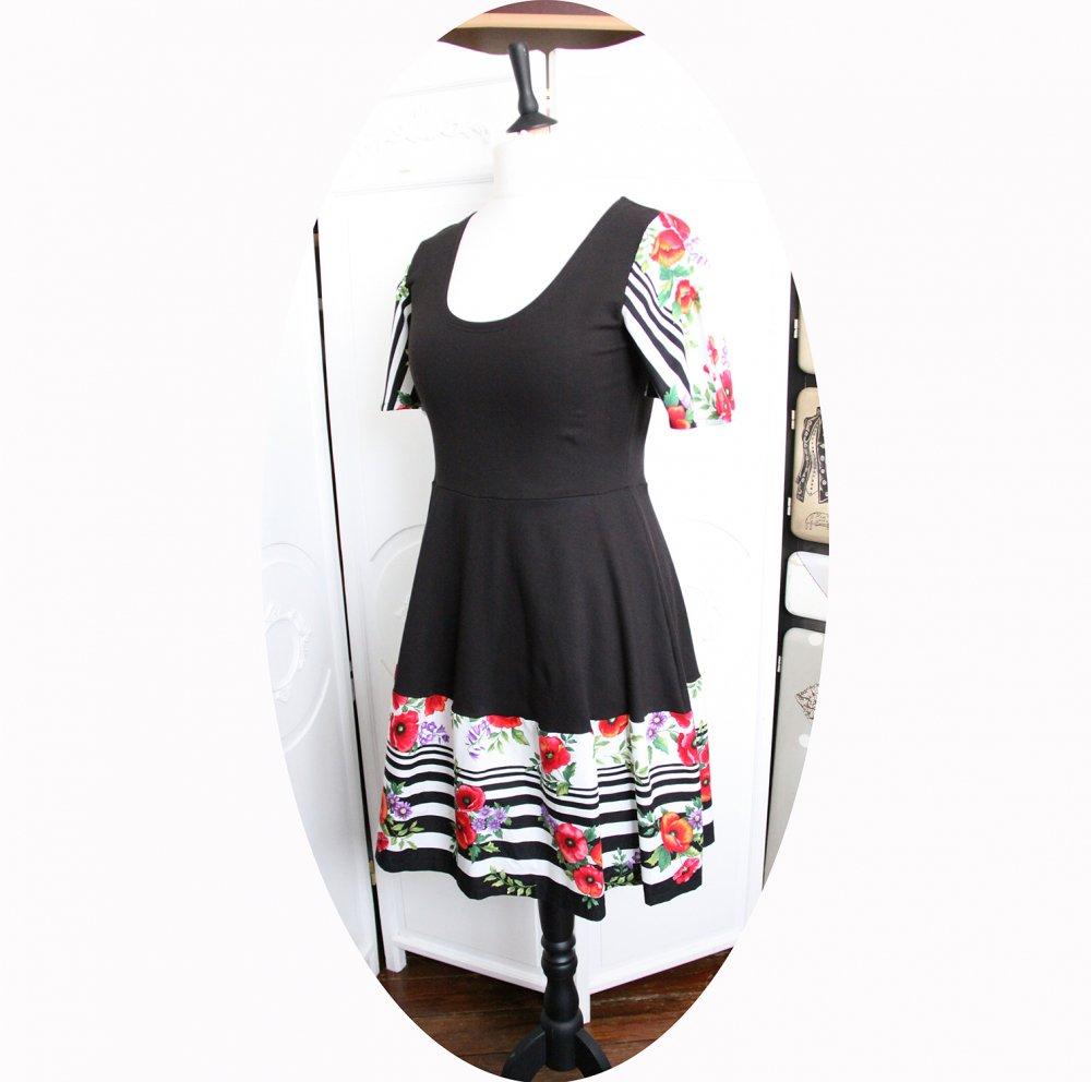 Robe noire à rayures noires et fleurs roses à manches courtes et jupe évasée--9995880160054