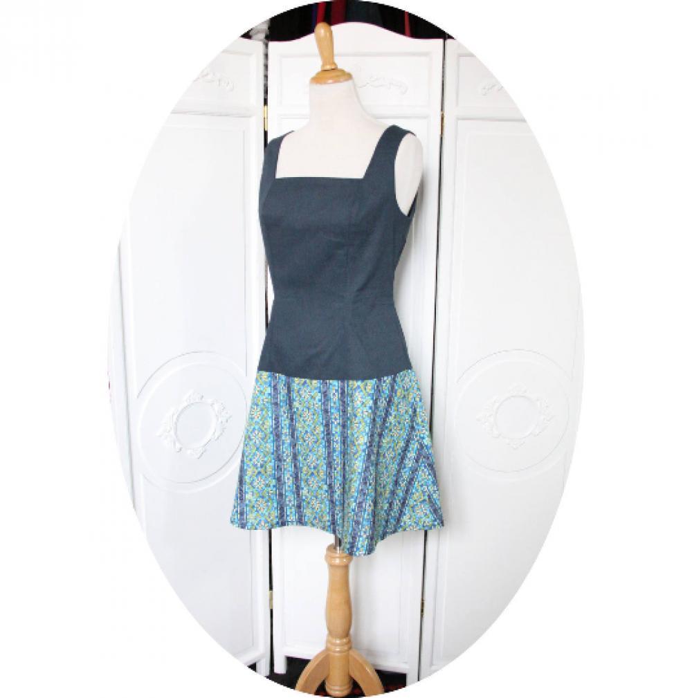 Robe sixties courte trapeze sans manches à décolleté carré en coton jean et imprime mozaique bleu vert--9995544068917