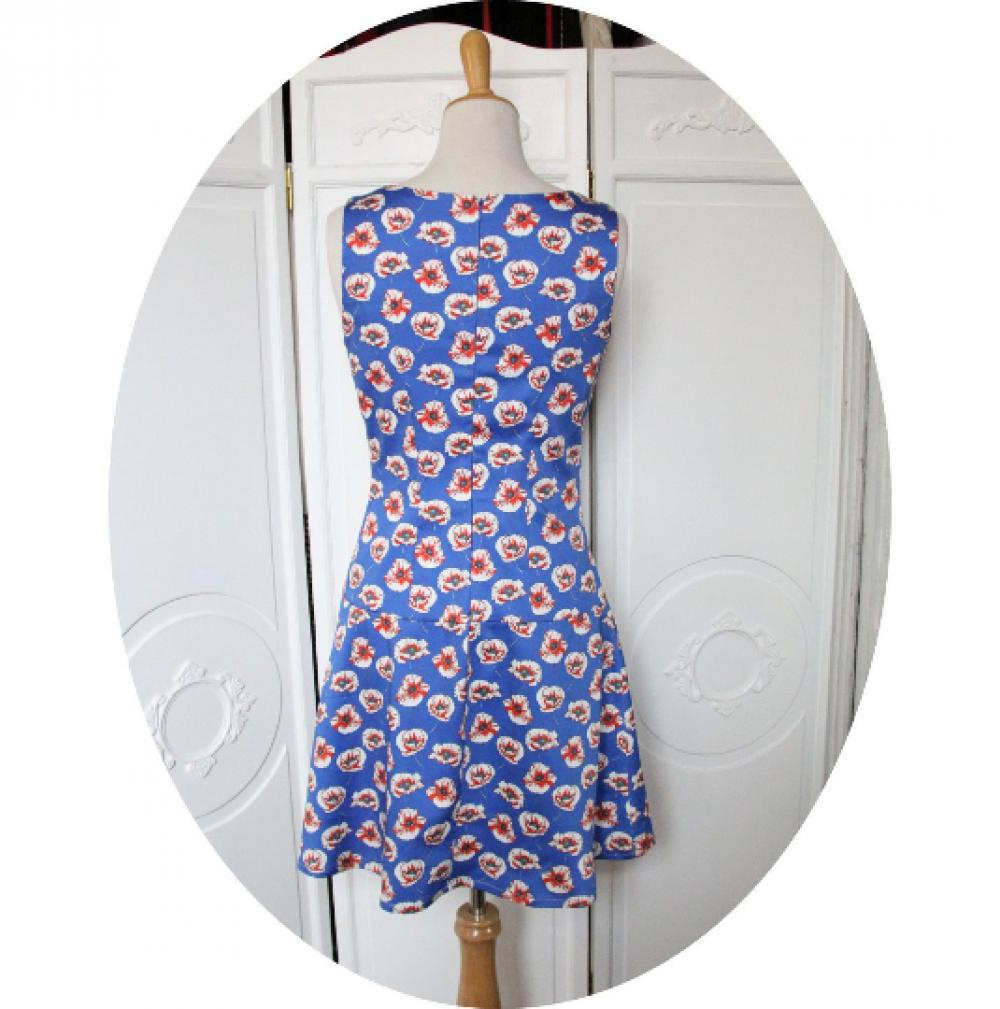 Robe sixties courte trapeze sans manches à décolleté carré en satin de coton bleu imprime coquelicots rouges et blancs--9995544059144