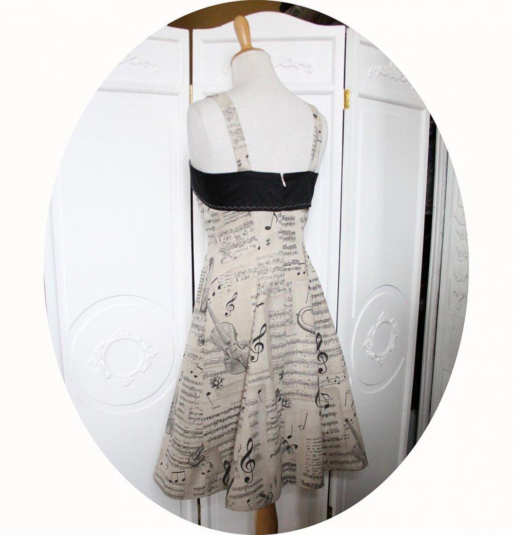 Robe thème musique en coton beige imprimé instruments et notes de musique noires ajustée sur le buste avec une jupe évasée et bandeau noir--9995590740645