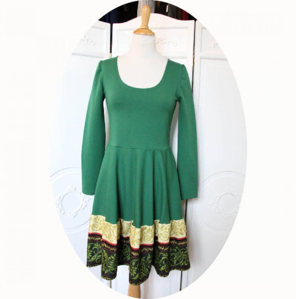 Robe verte courte à manches longues en maille coton et galon coton effet dentelle en coloris vert et ivoire--9995541502698