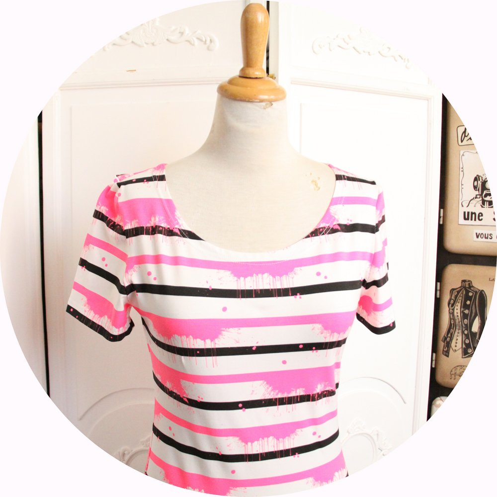 Top P'tit Basique tshirt marinière manches courtes à rayures noires et roses fluo effet taches sur fond blanc--9995884106690