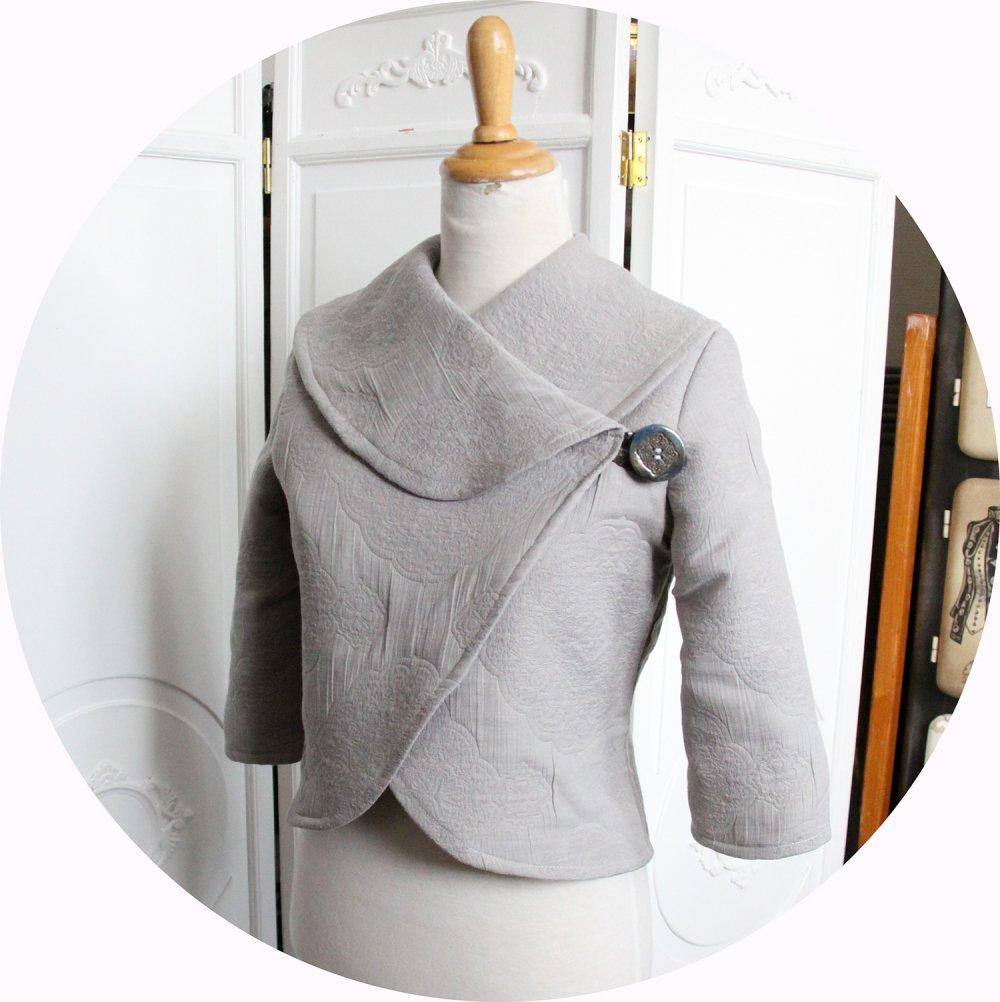 Veste courte en tissu matelassé gris clair à grand col chale et manches trois quart--9995884154400