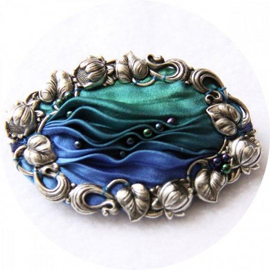 Barrette ovale en ruban de soie shibori bleu et vert brodée et cadre argenté 5cm