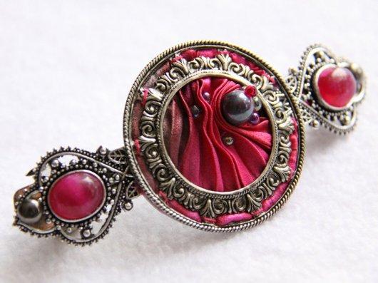 Barrette en ruban de soie shibori rose brodée et cadre argenté victorien 7cm