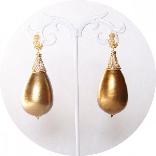 Boucles d'oreilles baroques grande goutte perle bronze et attaches dormeuses dorées strassées