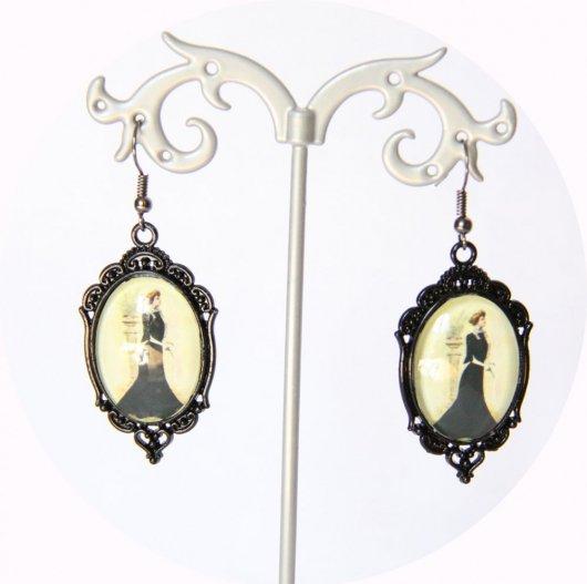 Boucles d'oreilles Gravure de Mode Belle Epoque robe noire sur monture ovale noire