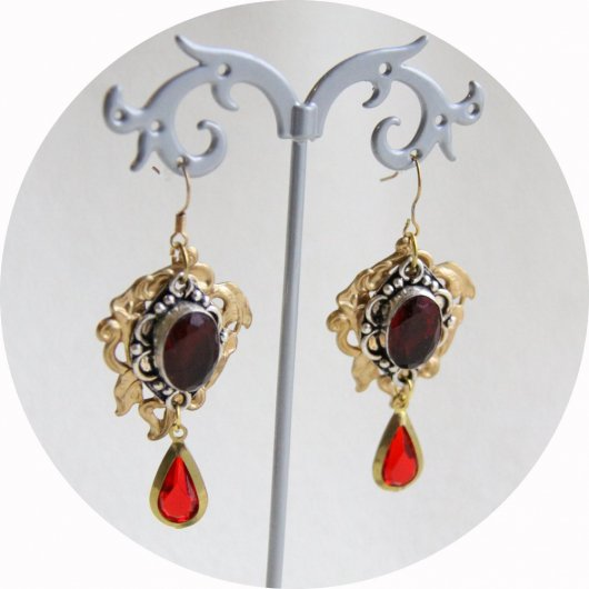 Boucles d'oreilles pendantes Art Nouveau rouge rubis et estampe en laiton doré lys