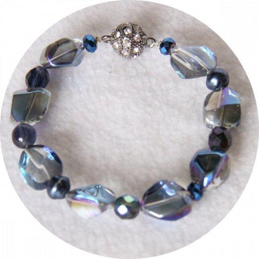 Bracelet bleu foncé en perles de nacre et cristal