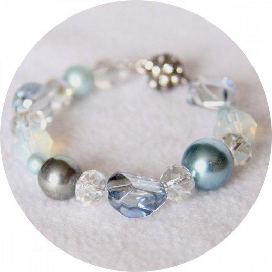 Bracelet bleu glacier en perles de nacre et cristal