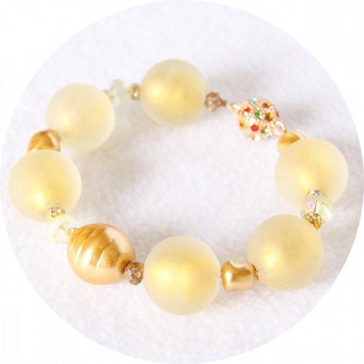 Bracelet à grosses perles de verre blanc doré