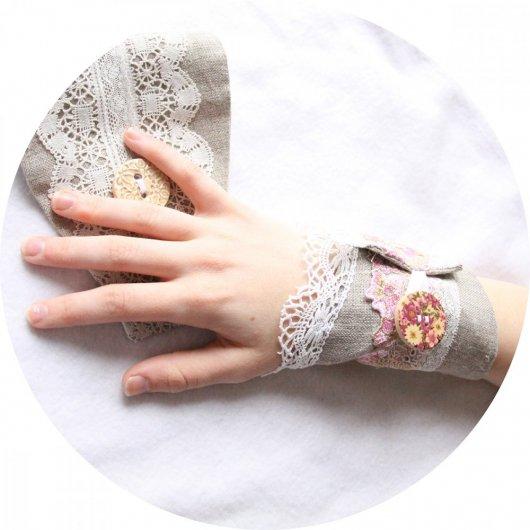Bracelet manchette en lin beige et broderie fleurie rose