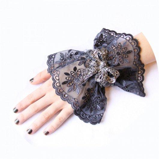 Bracelet manchette steampunk victorien en dentelle grise et broche noeud