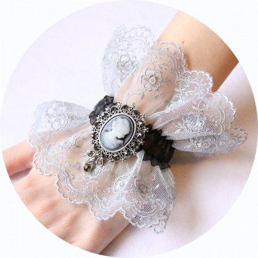 Bracelet manchette steampunk victorien en dentelle grise et noire et broche camée