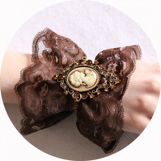 Bracelet manchette steampunk victorien en dentelle marron et broche camée