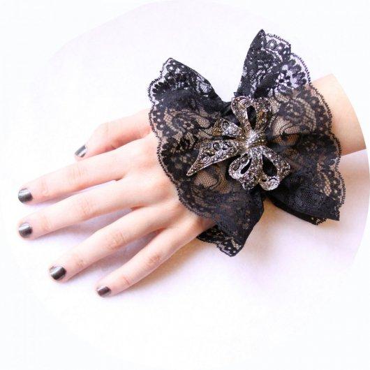 Bracelet manchette steampunk victorien en dentelle noire et broche noeud