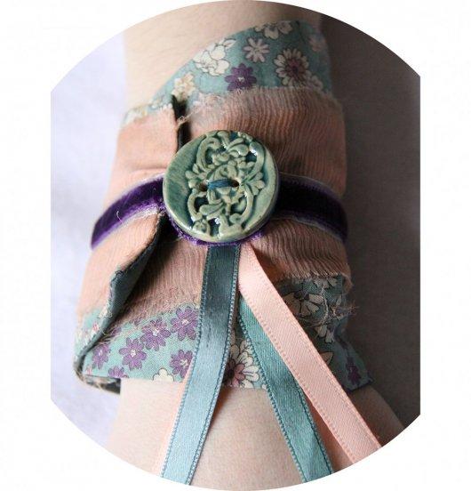 Bracelet manchette en tissu bleu canard à fleurs et rubans de velours mauve