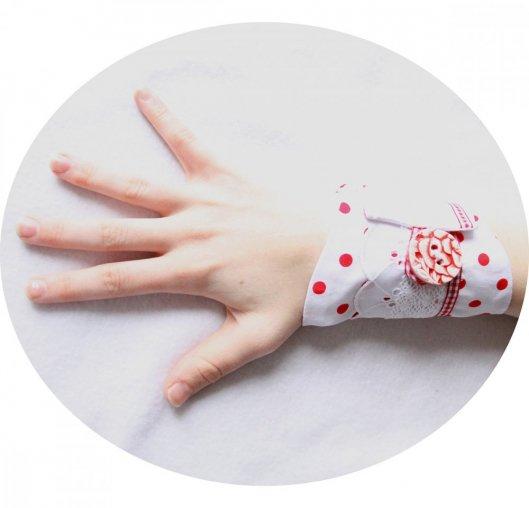 Bracelet manchette en tissu blanc à pois rouge et broderie anglaise