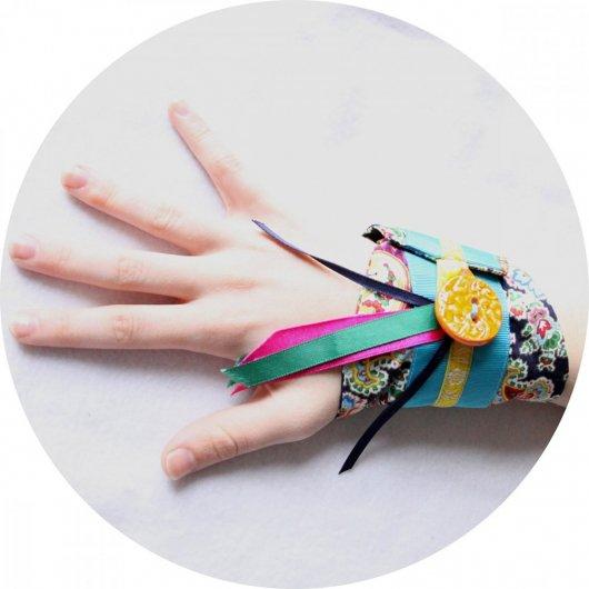Bracelet manchette en tissu bleu marine à motifs colorés et rubans de satin