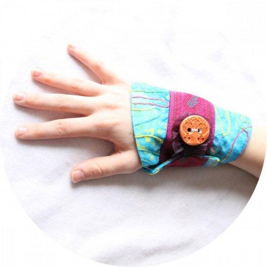 Bracelet manchette en tissu bleu turquoise à motifs colorés et ruban rose fuchsia